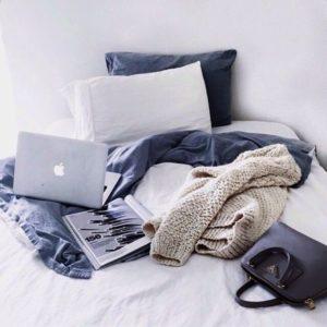 MacBookとベッド